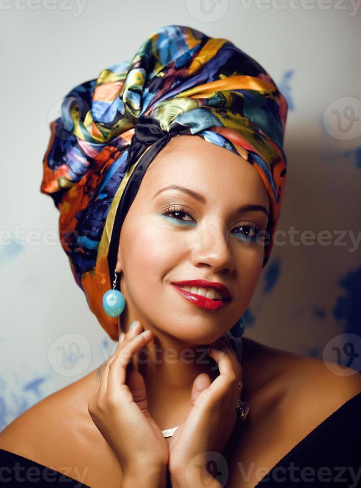 Belleza brillante mujer africana con maquillaje creativo, chal en foto