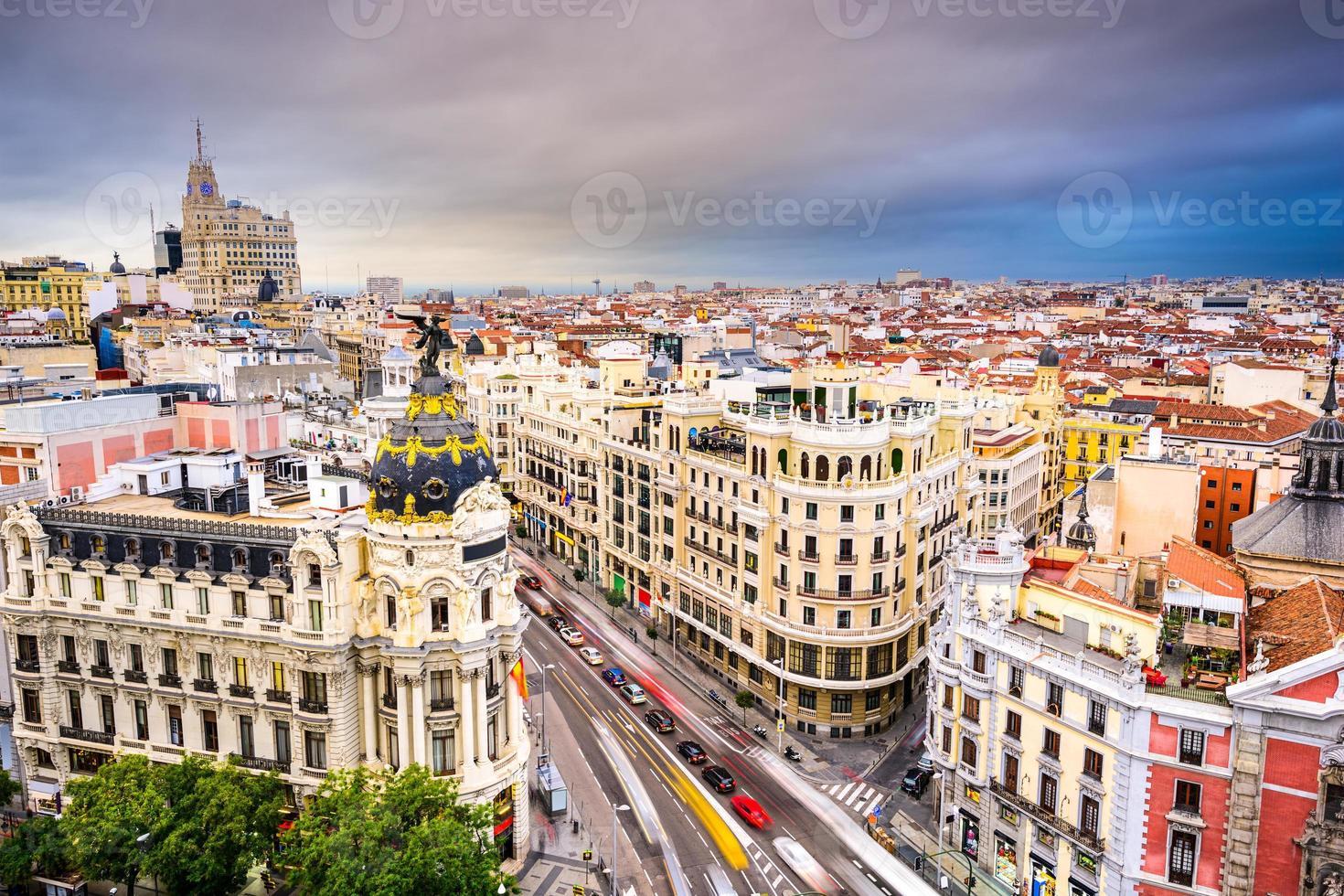 vista de pájaro del paisaje urbano de madrid españa foto