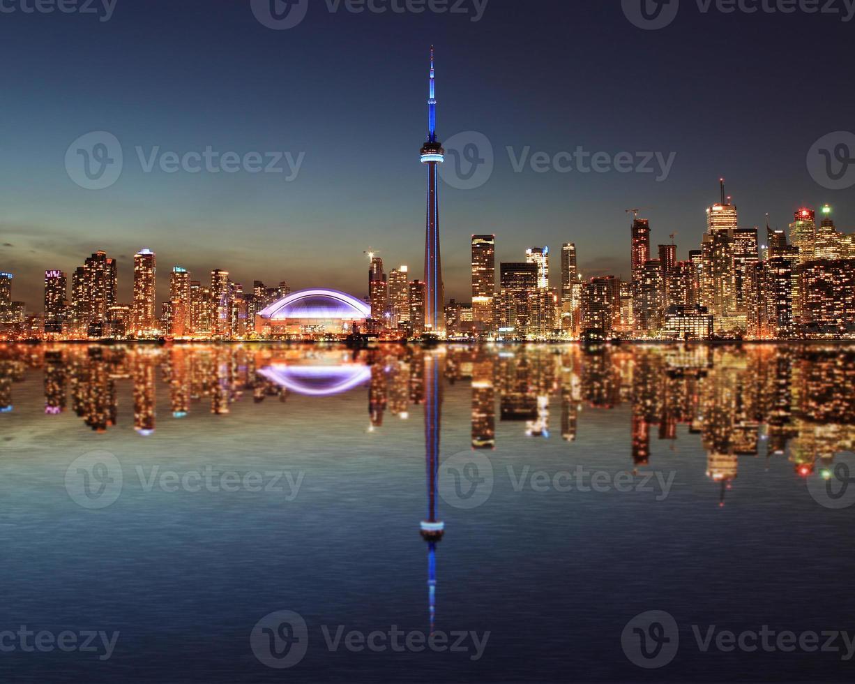 Horizonte de Toronto en la noche con un reflejo foto