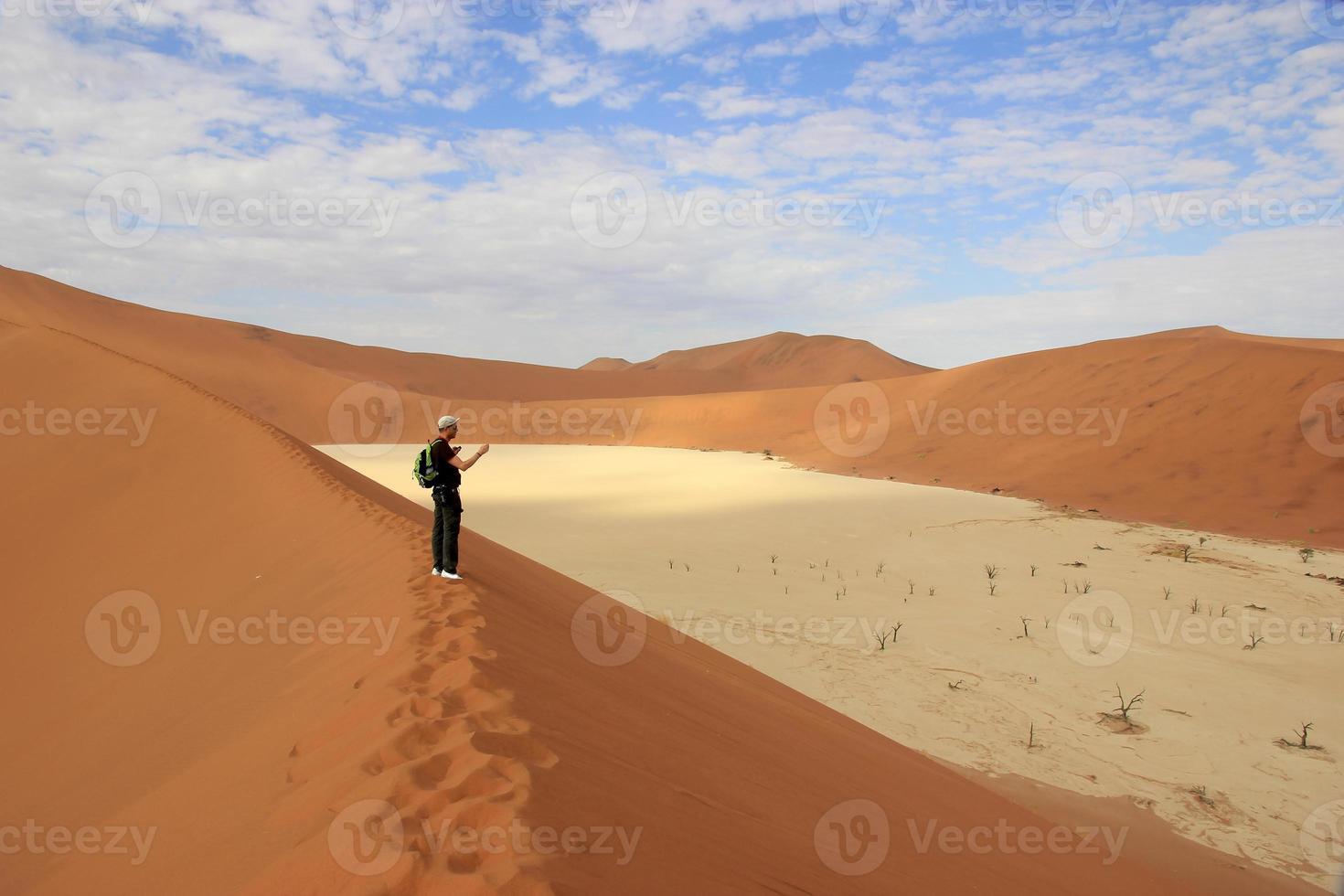 Turista en el desierto de Sossusvlei, Namibia foto