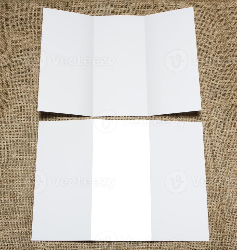 folleto de papel plegable blanco en blanco foto