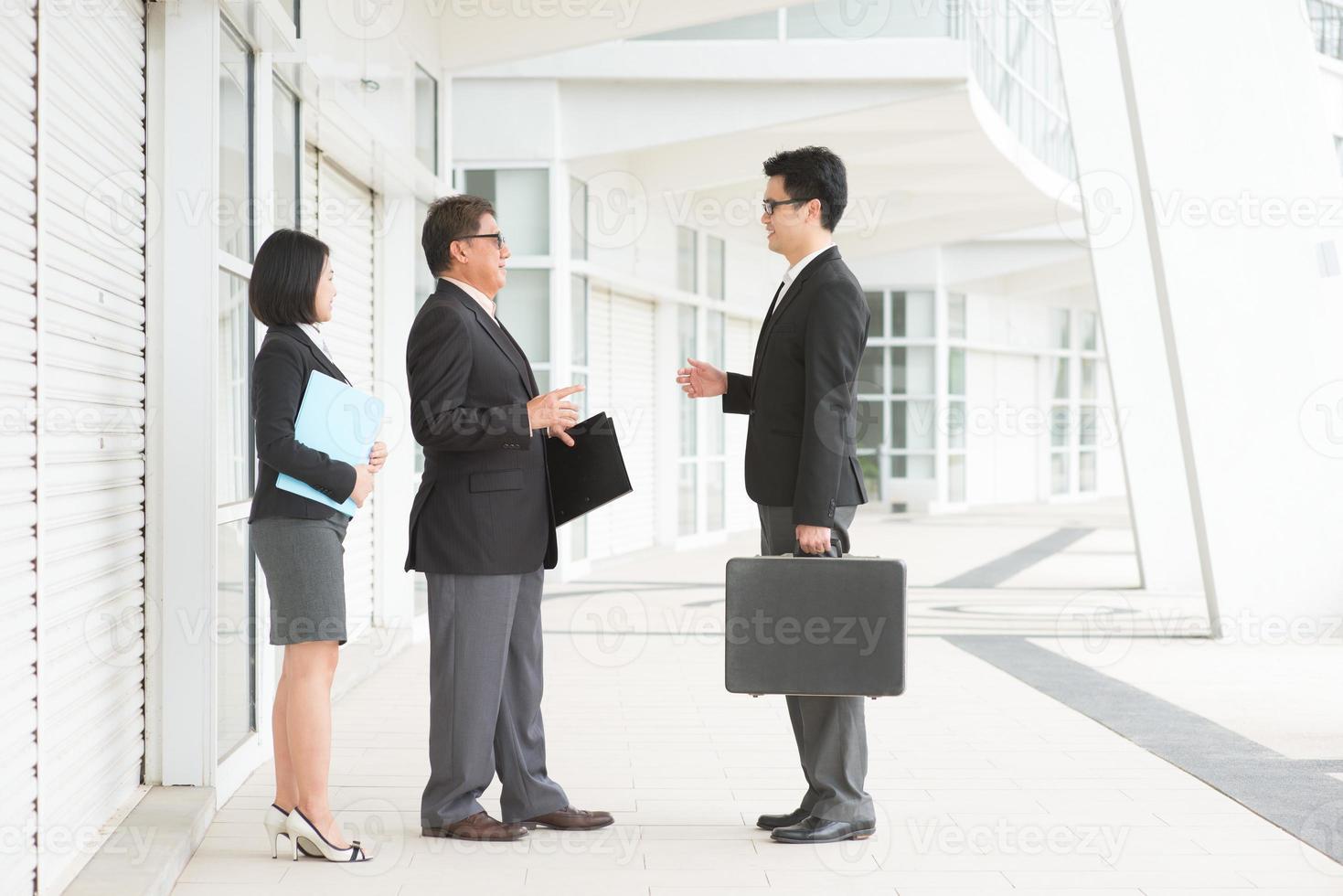 discusión de equipo de negocios asiáticos foto