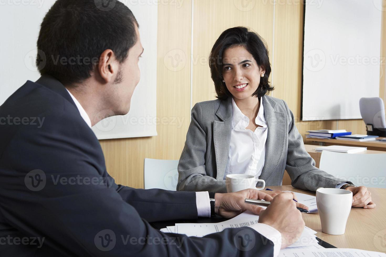 empresarios discutiendo en la oficina foto