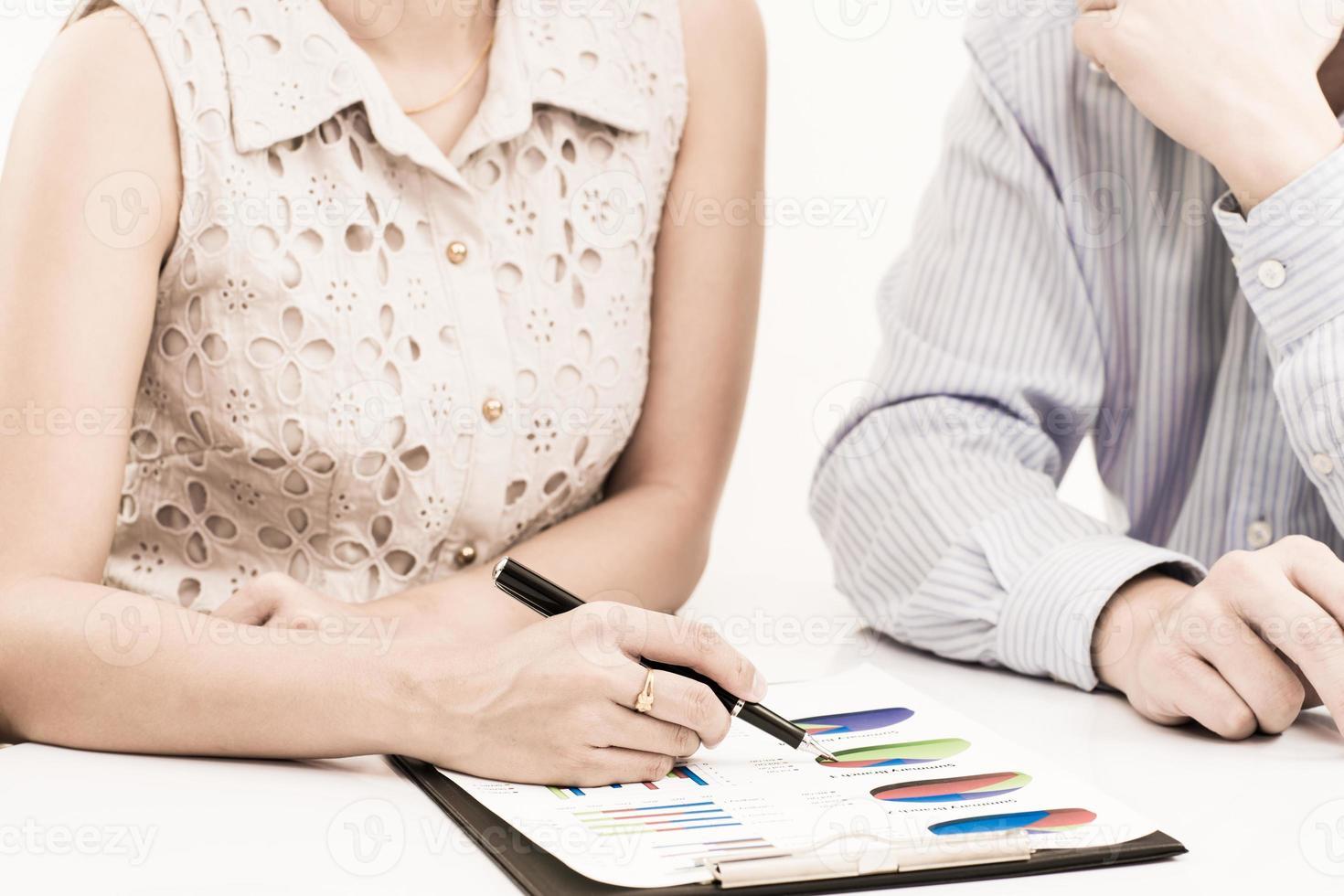 pessoas de negócios a discutir durante uma reunião na mesa foto