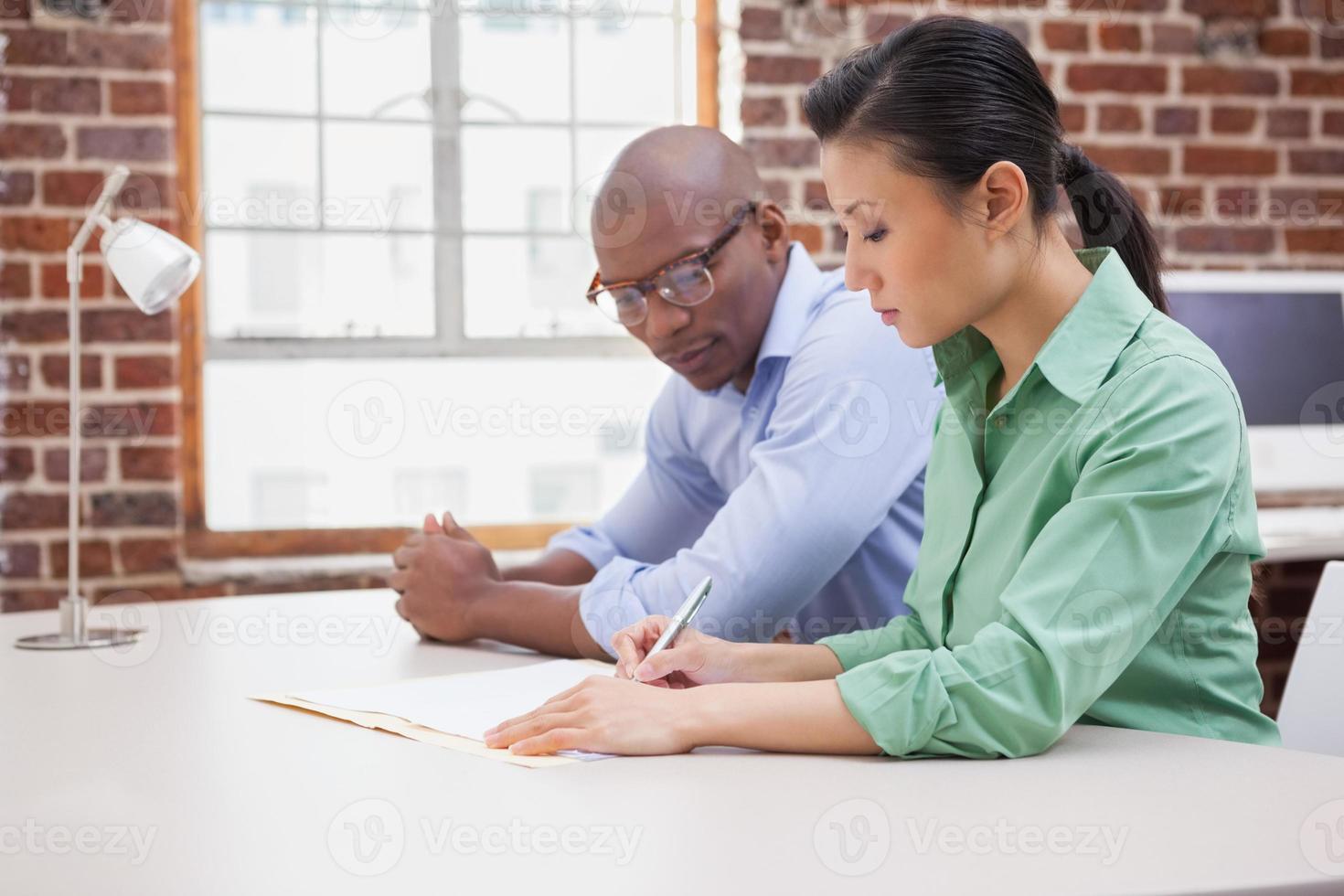 equipo informal de negocios trabajando juntos en el escritorio foto