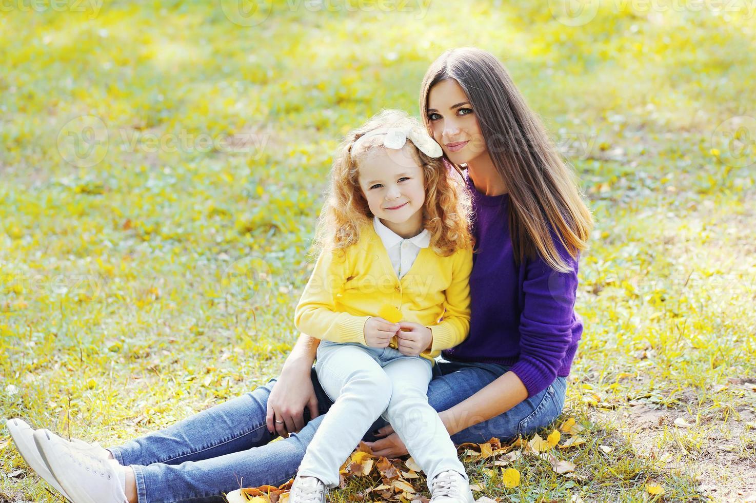 familia feliz en el parque otoño, madre con hijo juntos foto
