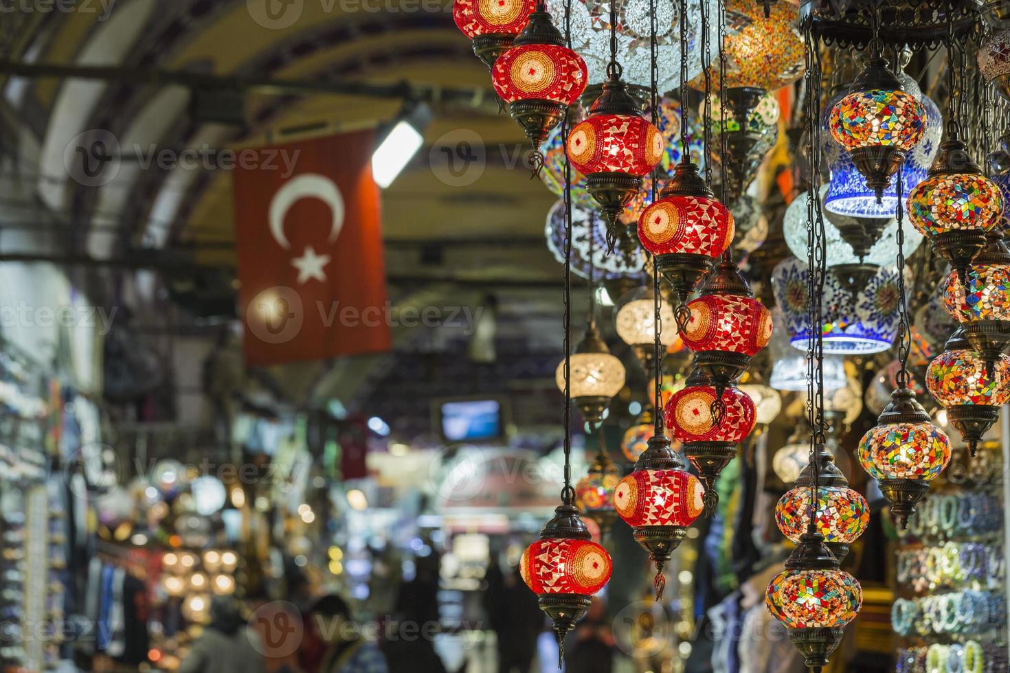 Varias lámparas antiguas en el gran bazar de Estambul foto