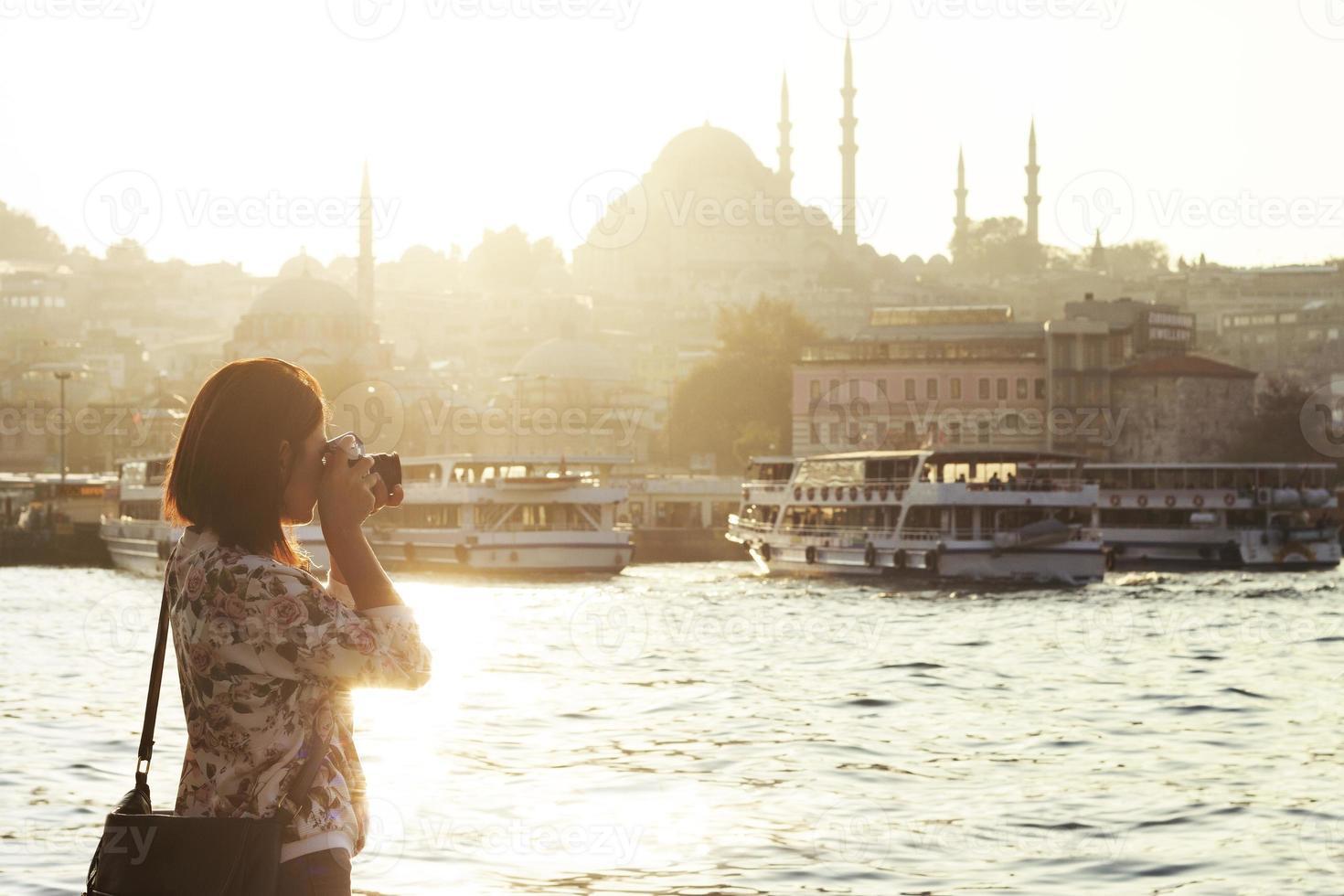 Linda mujer tomando fotos en Estambul, Turquía