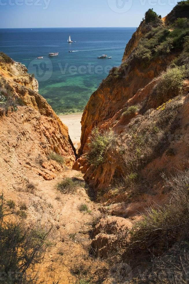 Costa con acantilados en lagos en Algarve en Portugal foto