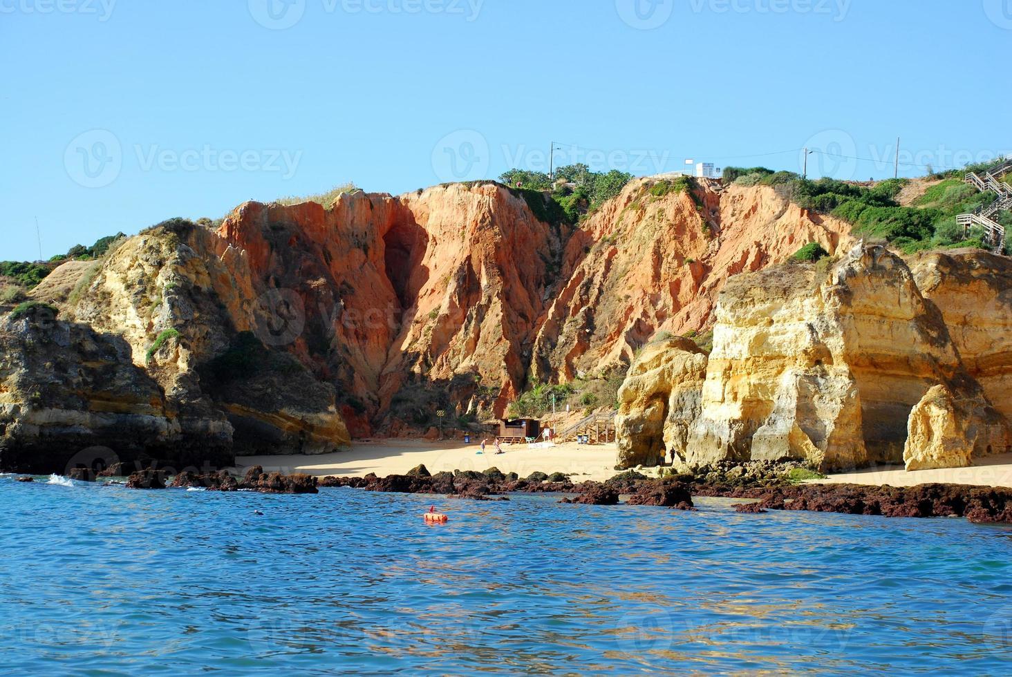 Playa boneca lagos en el algarve portugal foto