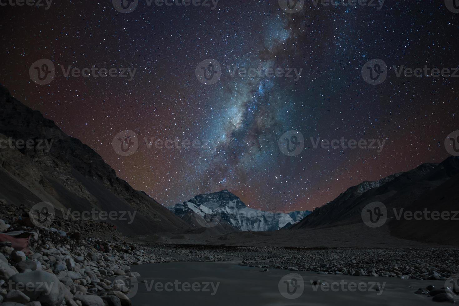 Vía láctea sobre la cara norte del monte. everest, tibet foto