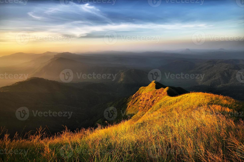 pico de montaña y luz dorada foto