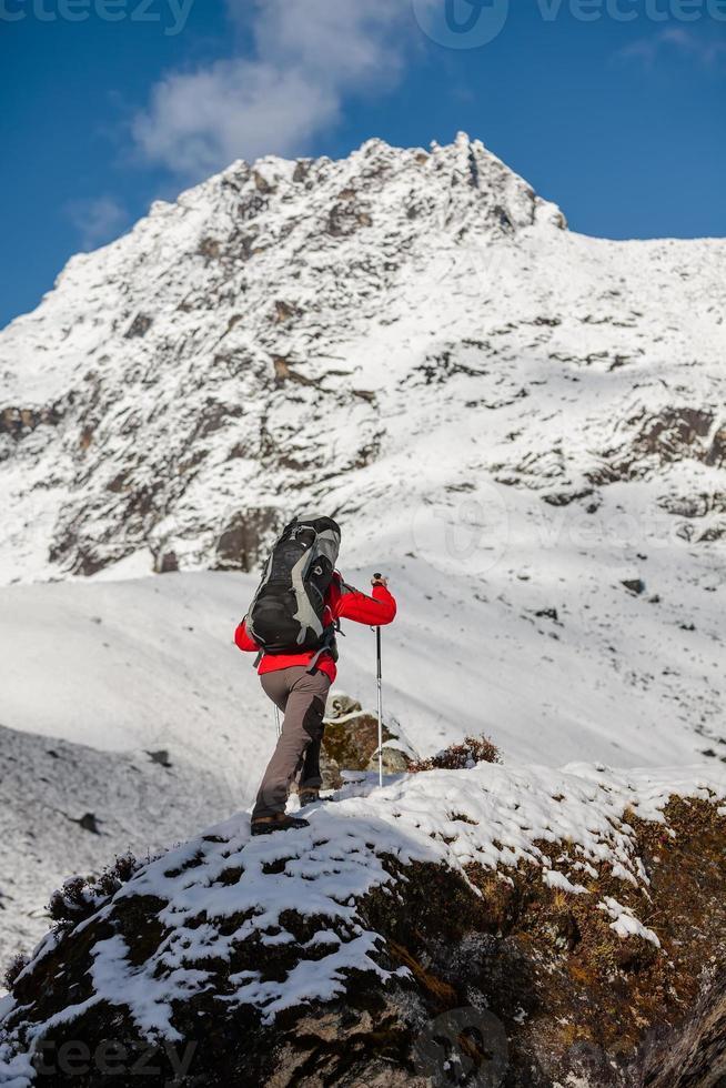 excursionista camina en tren en el Himalaya foto