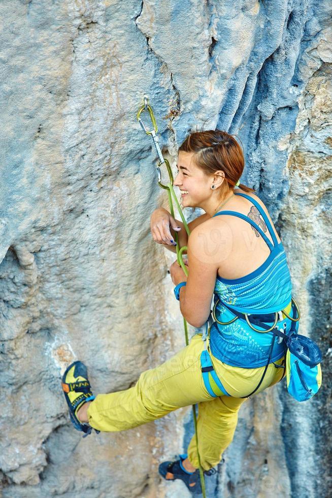 escalador escalando un acantilado foto