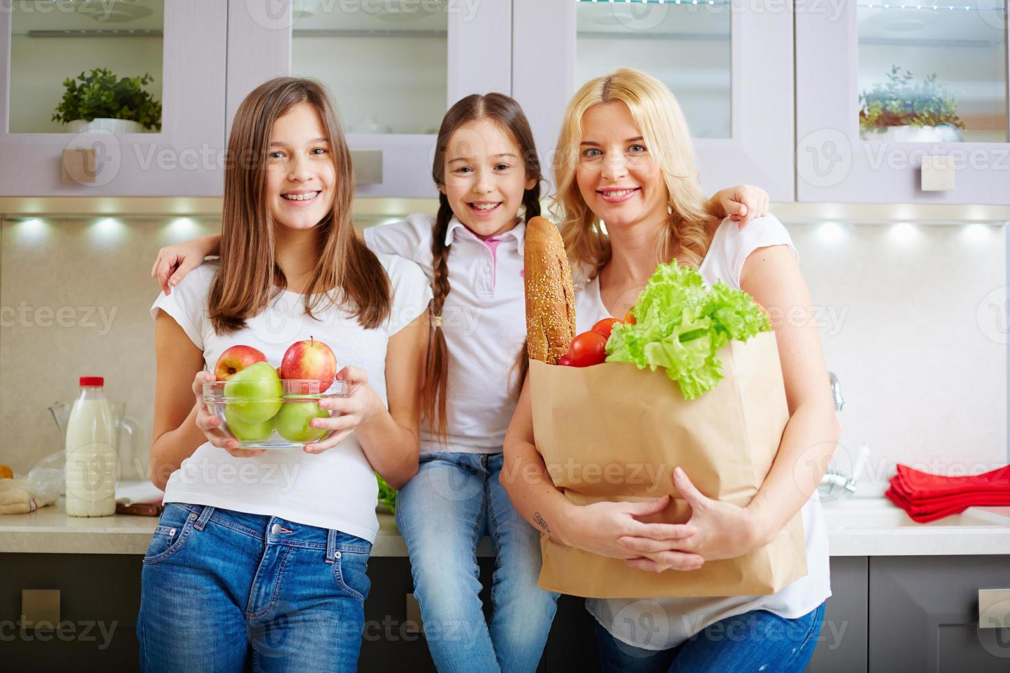 familia en la cocina foto