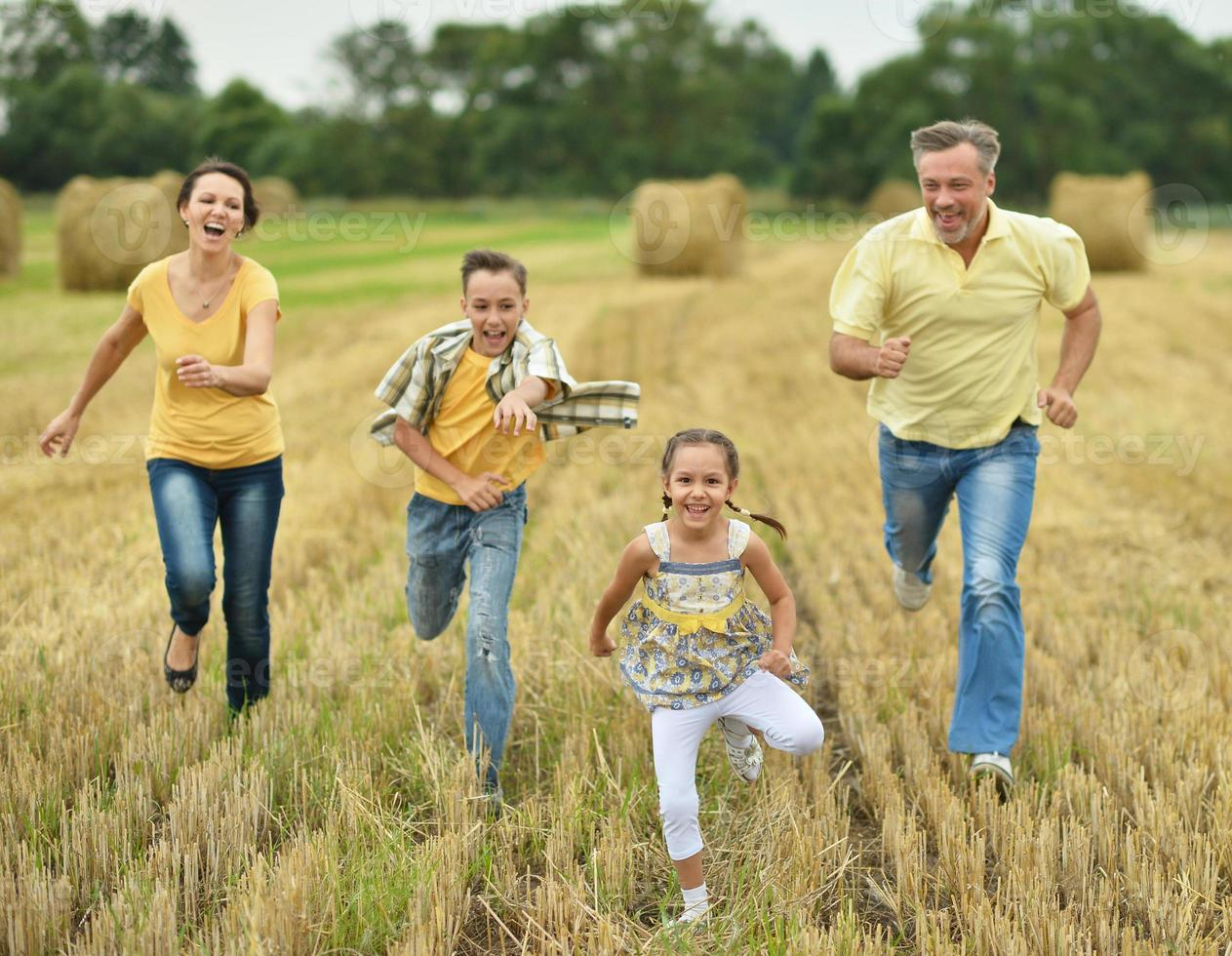 familia feliz en campo de trigo foto
