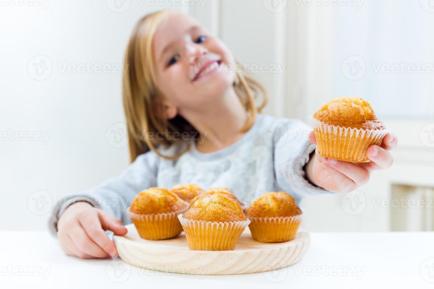 Hermoso niño desayunando en casa. foto