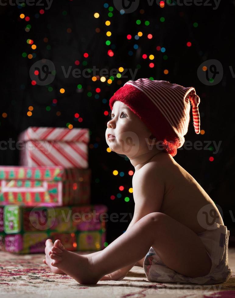 niño con regalos de navidad foto