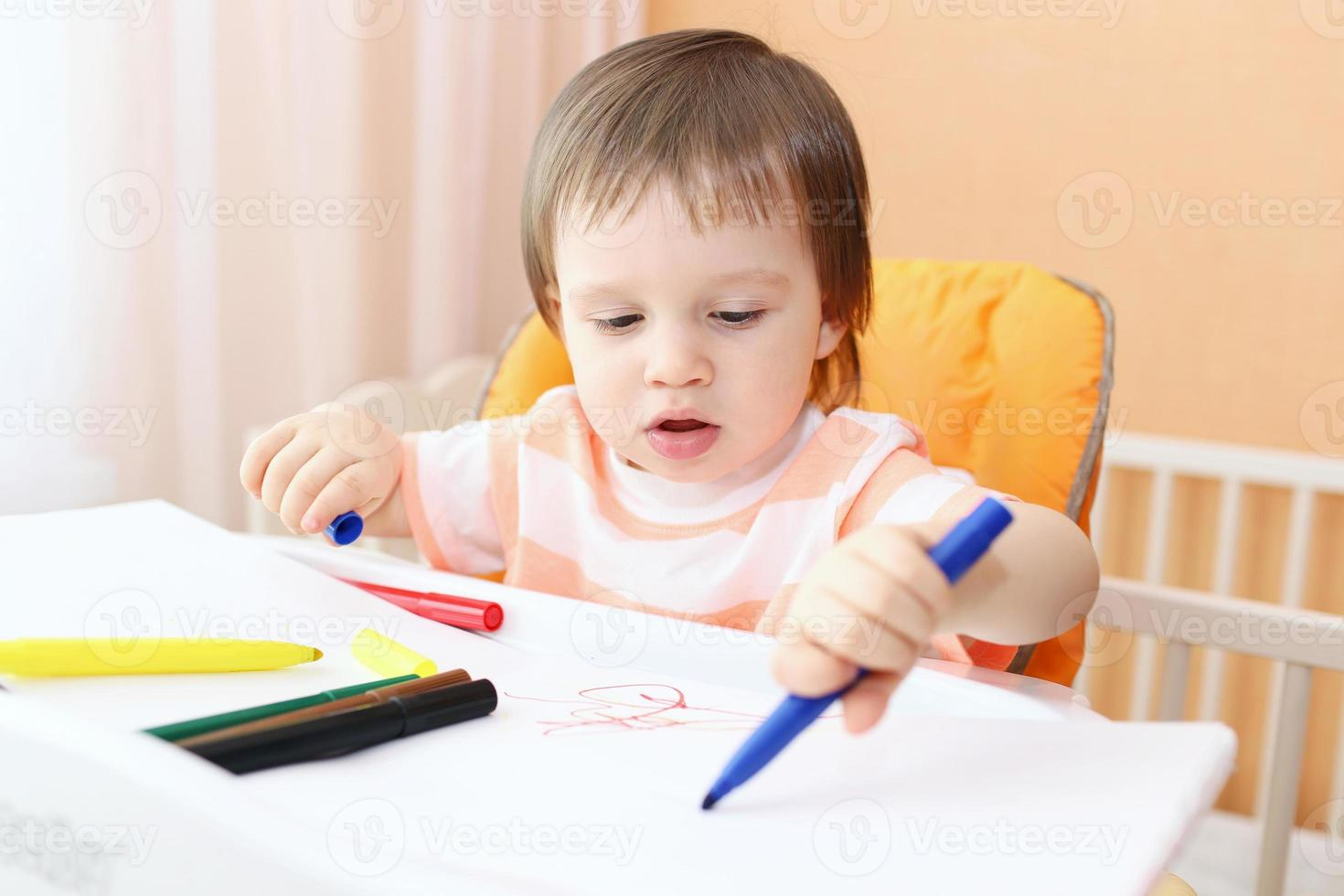 niño pintando con rotuladores foto