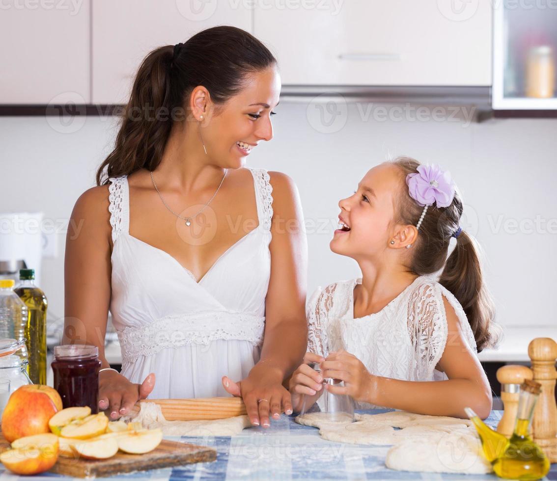 mujer y niño cocinando strudel foto