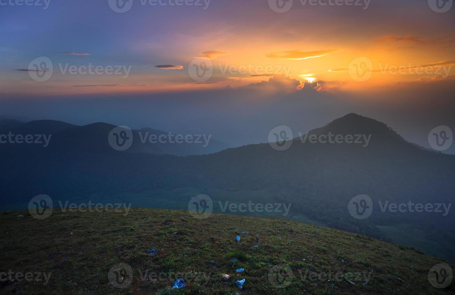 puesta de sol en la montaña foto