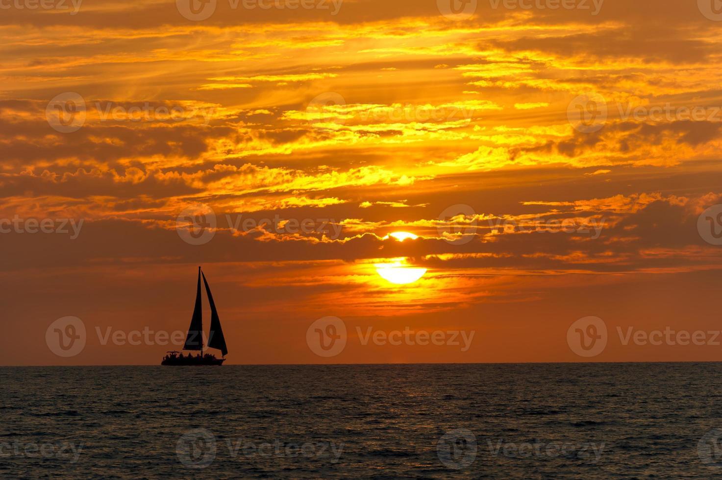 puesta de sol velero foto