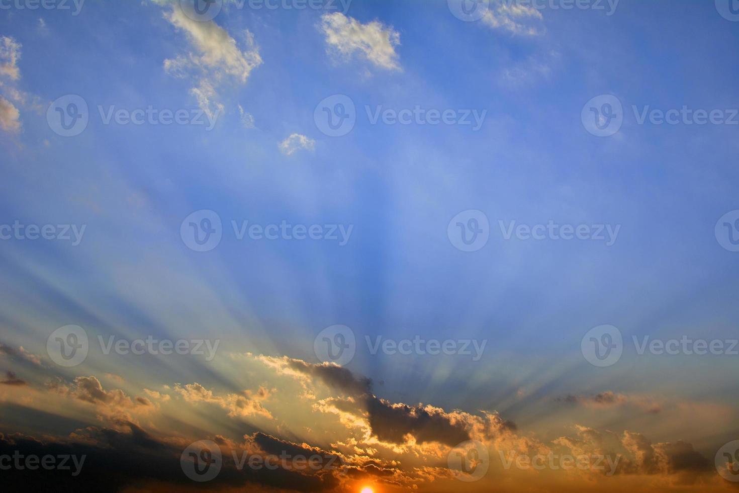 atardecer nublado foto