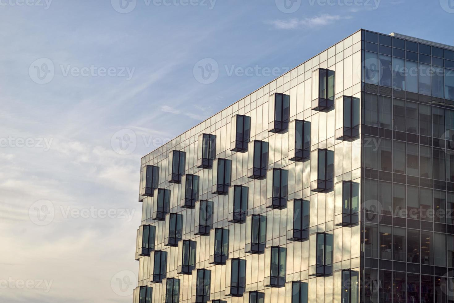 edificio de oficinas con esquina de fachada de vidrio foto