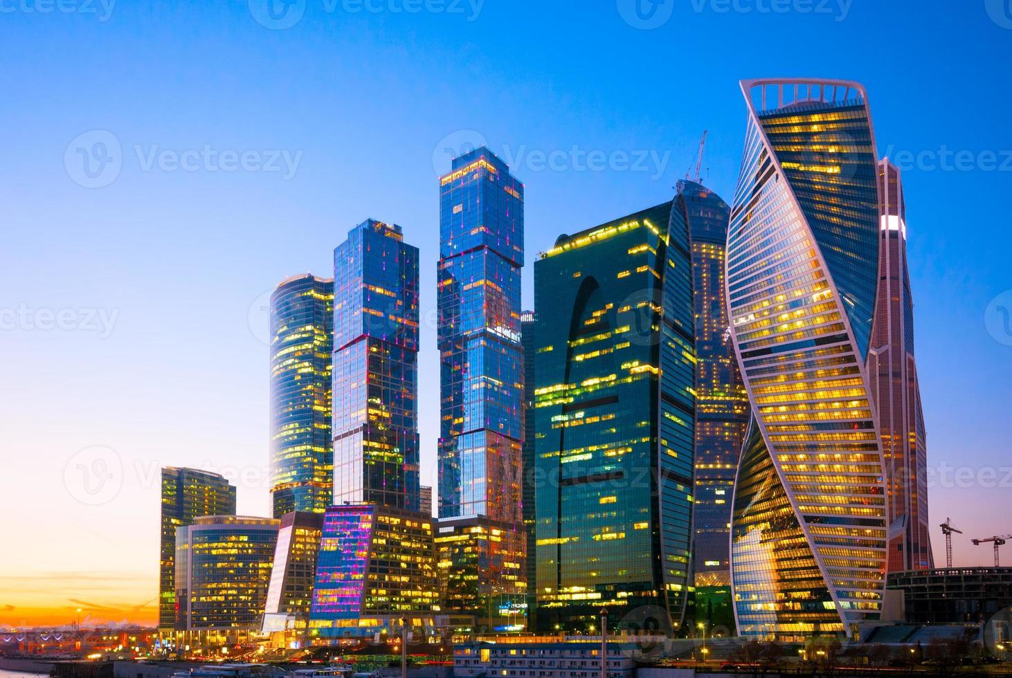 vista nocturna del centro de negocios internacionales de la ciudad de los rascacielos en foto