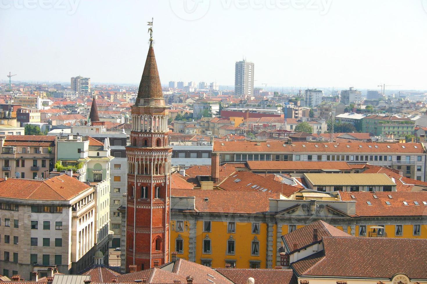 Vista aérea de Milán desde el techo del duomo, Italia foto