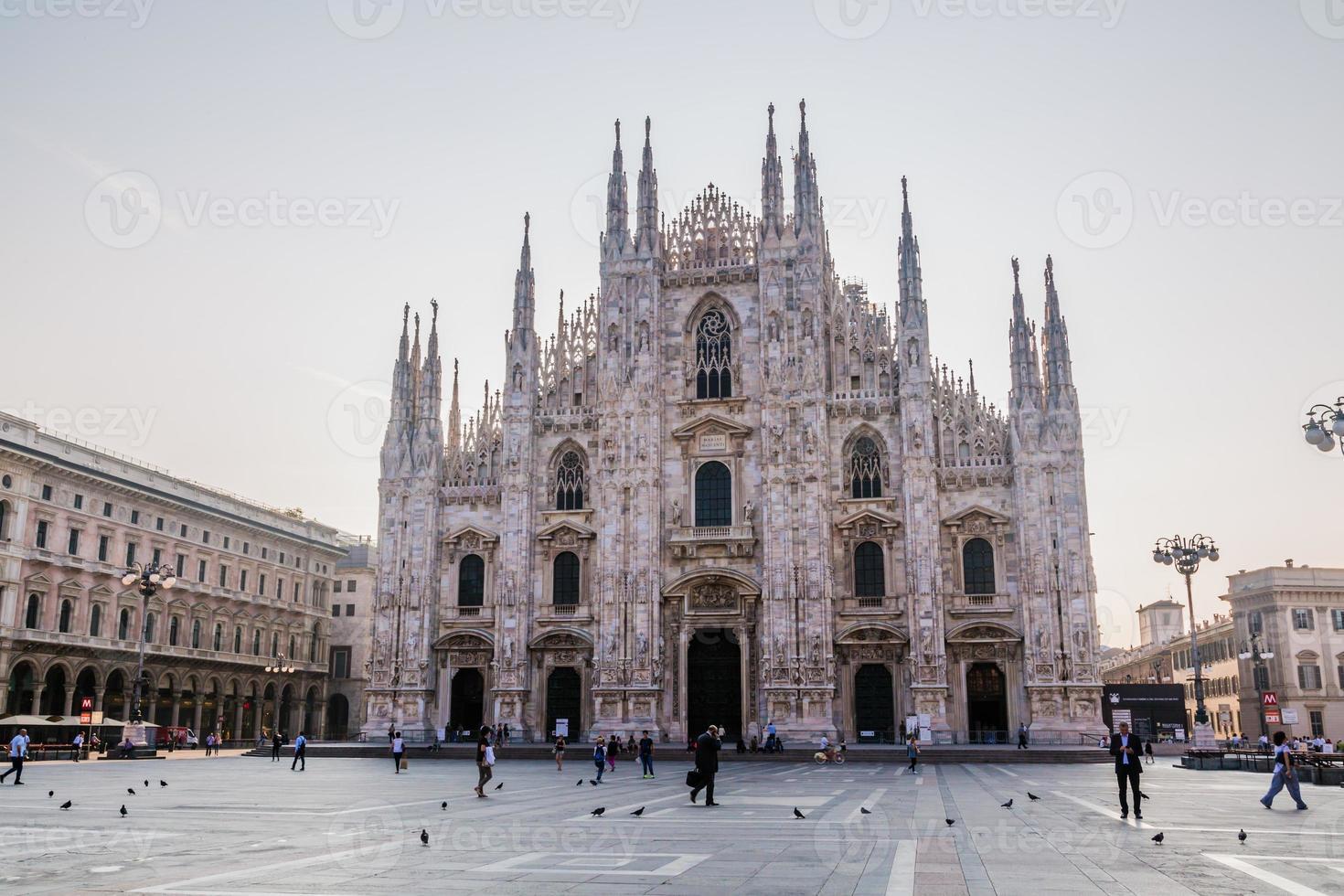 la catedral en el centro de milán foto