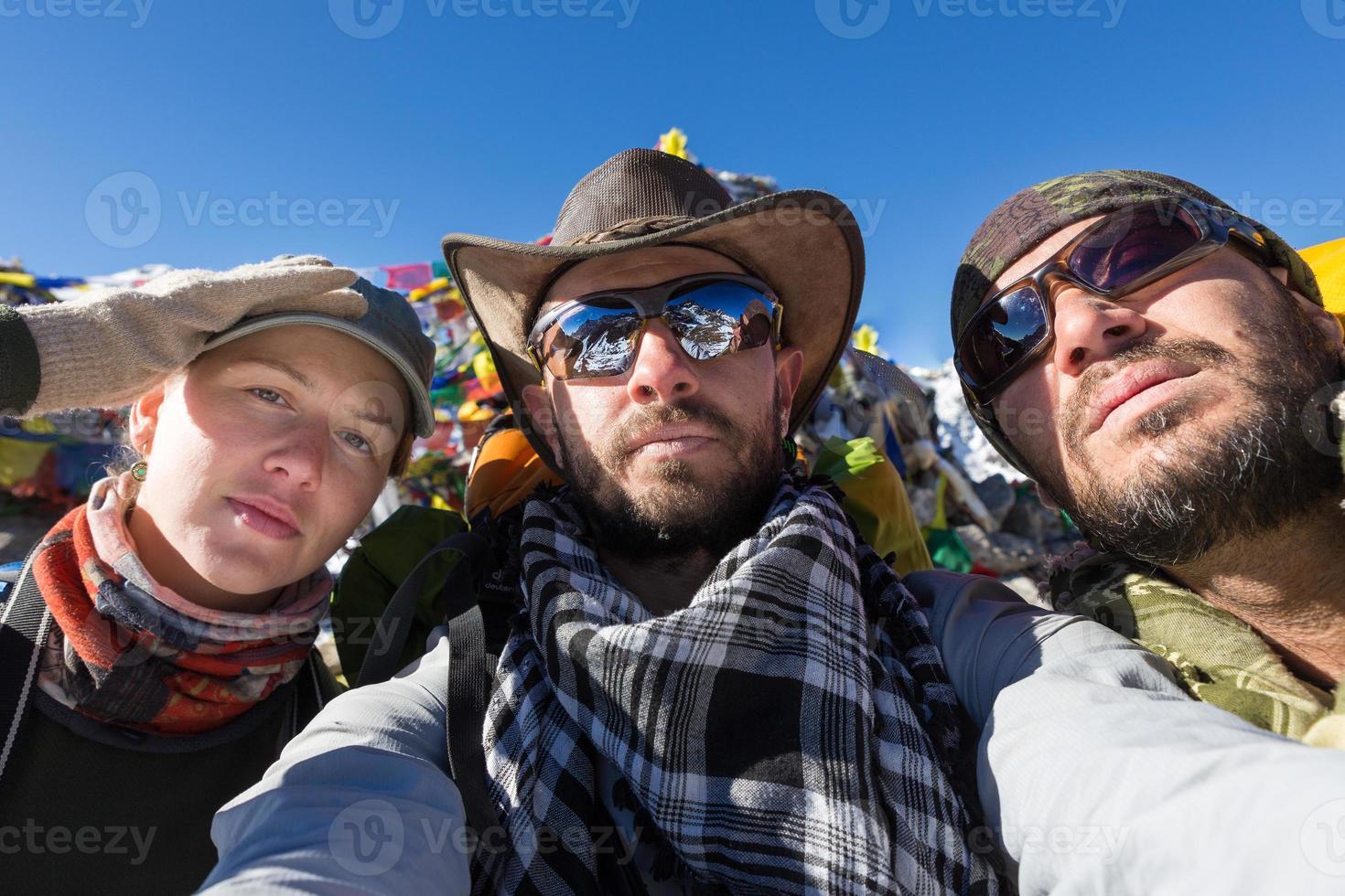 Tres turistas dos hombres mujer selfie. foto