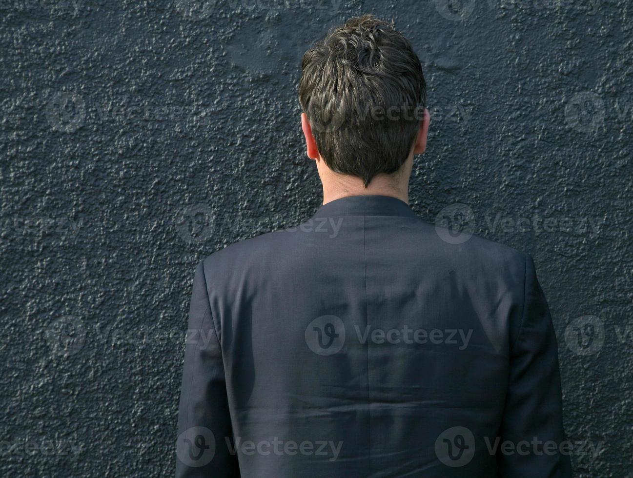 hombre contra una pared foto