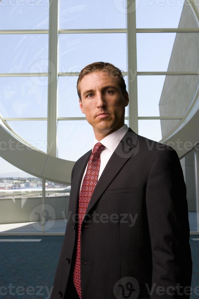 empresário em frente a janela redonda foto