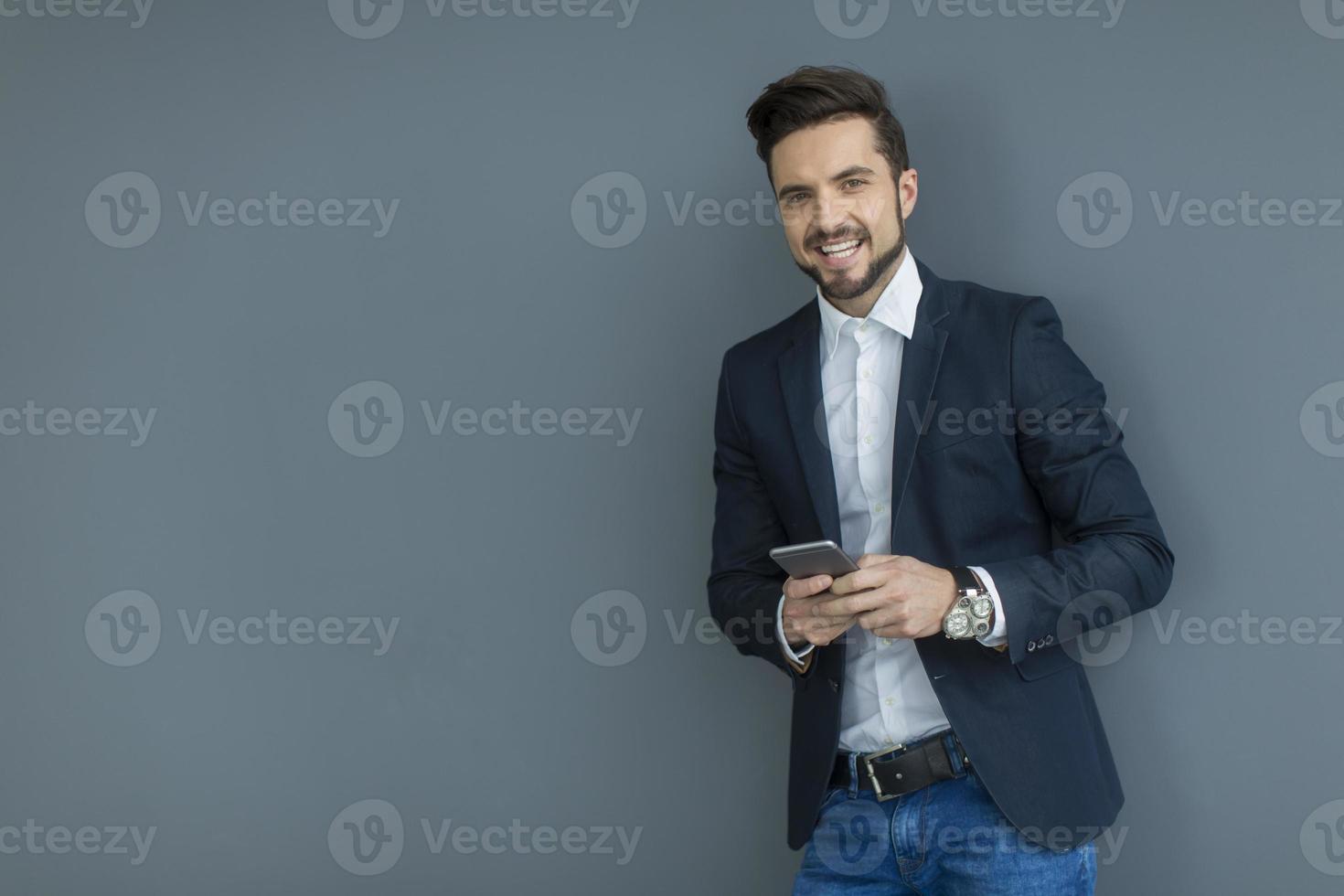 jovem com telefone móvel foto