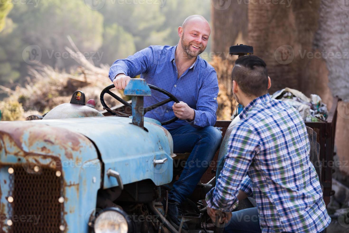 agricultores cerca de maquinaria agrícola foto