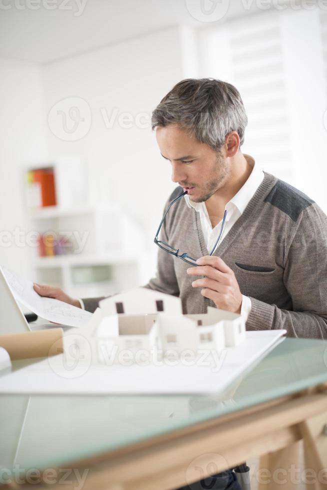 architect werkt aan een modelwoning foto