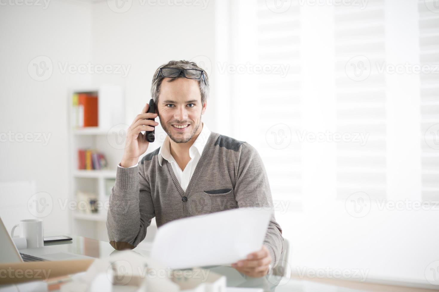 arquitecto trabajando en su computadora portátil en la oficina foto