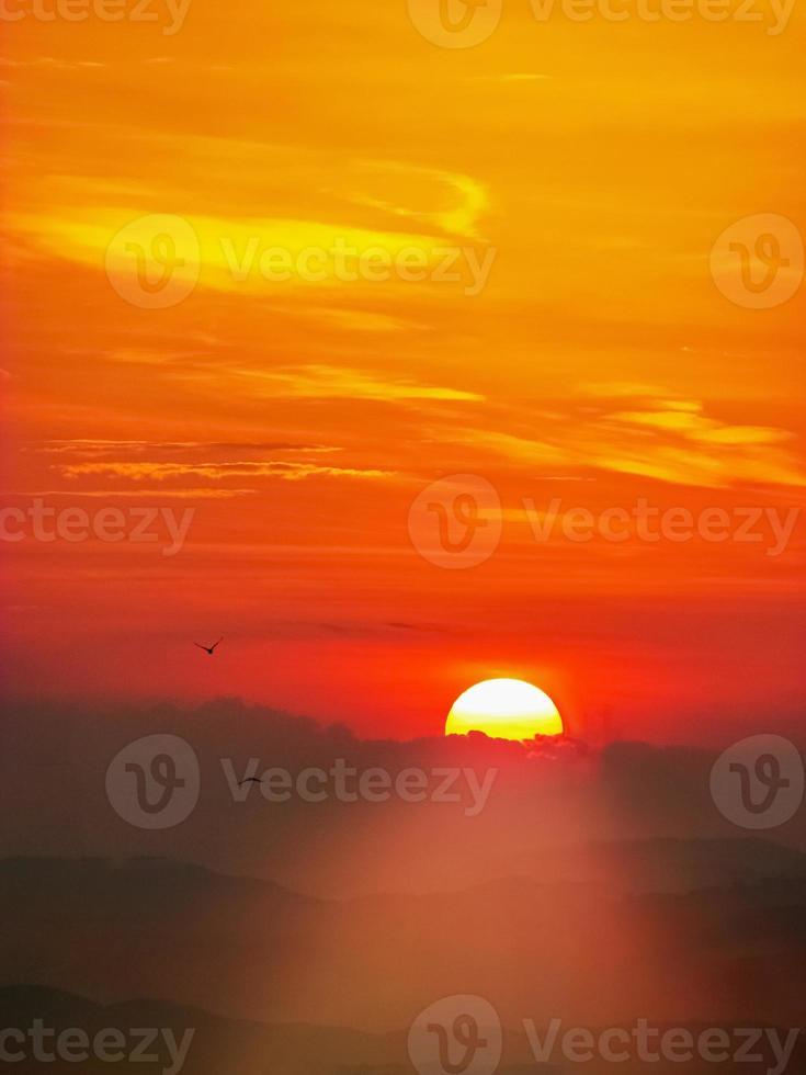 pôr do sol com colinas foto