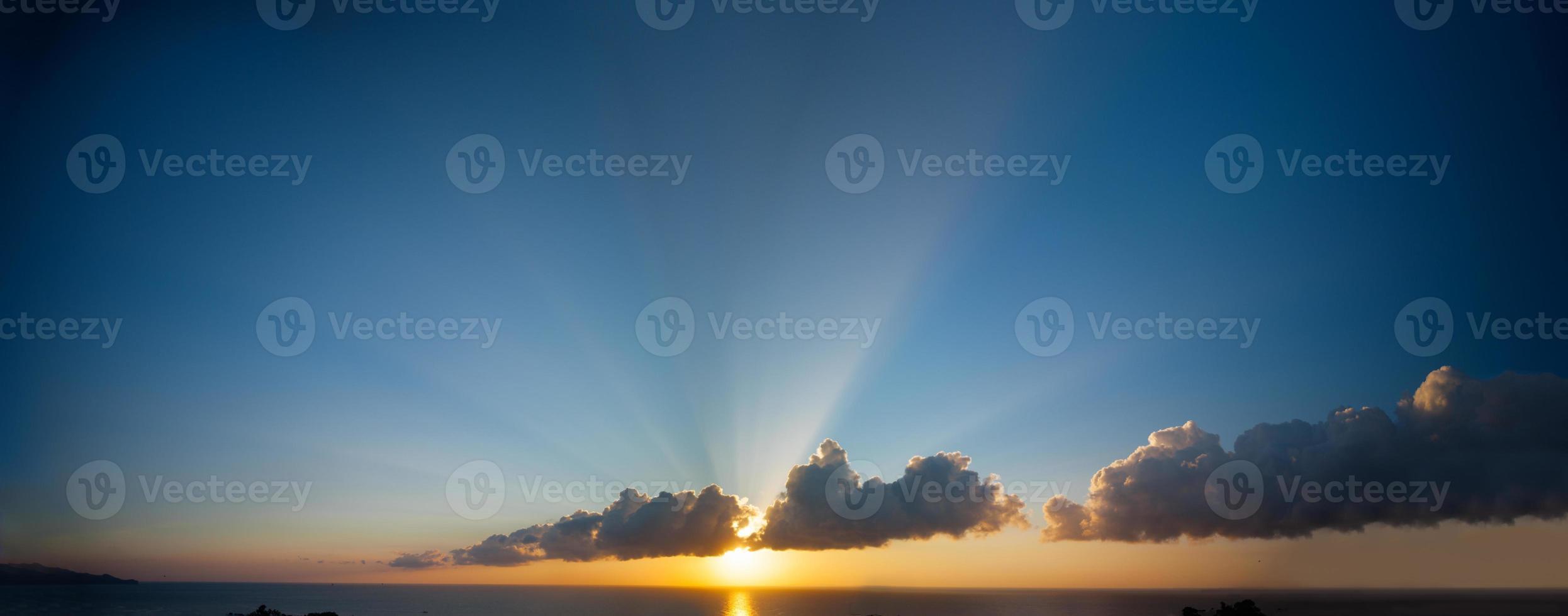 pôr do sol e oceano foto