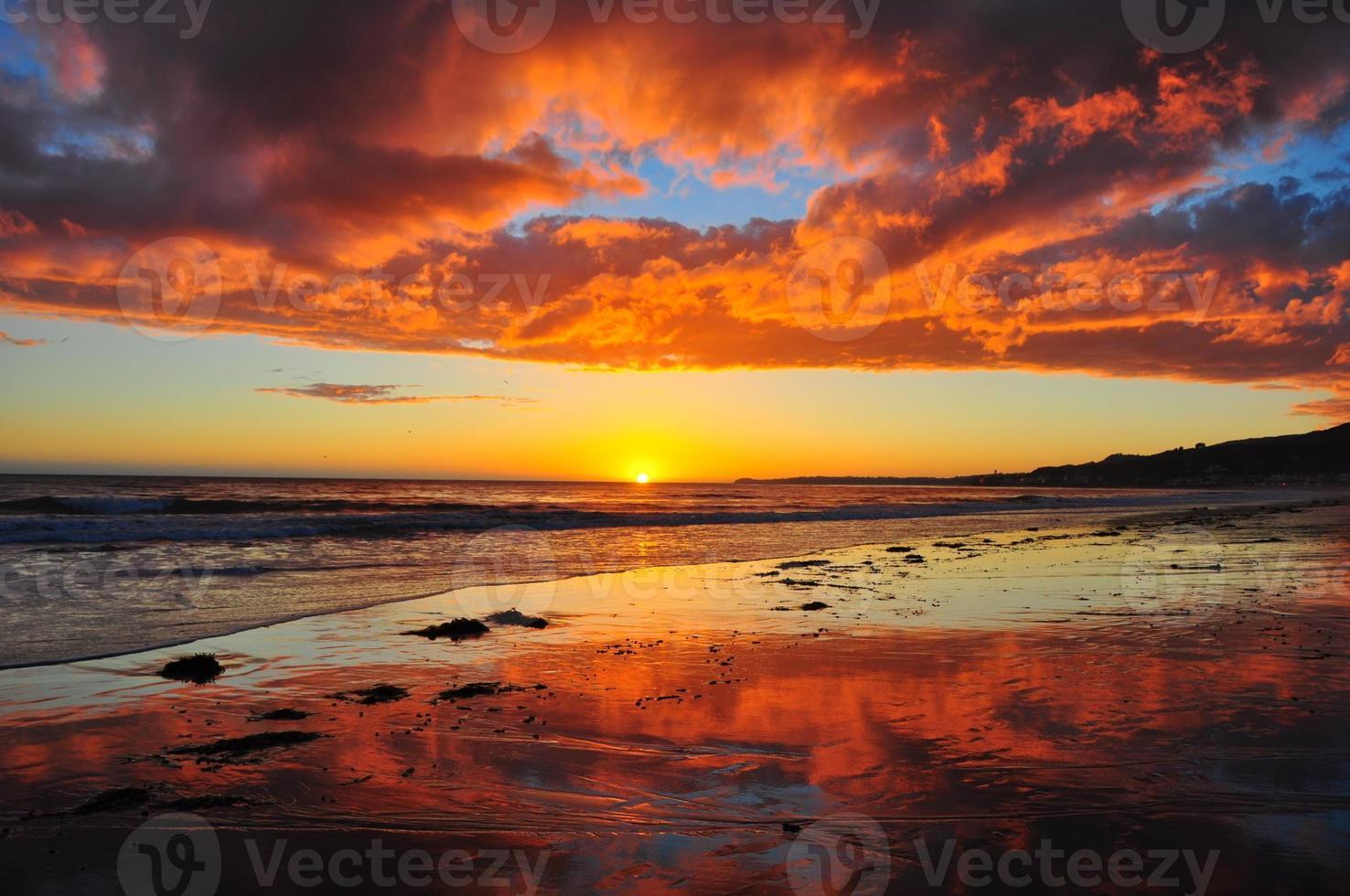 incrível pôr do sol de malibu foto