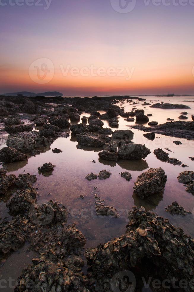 zeegezicht bij zonsondergang foto