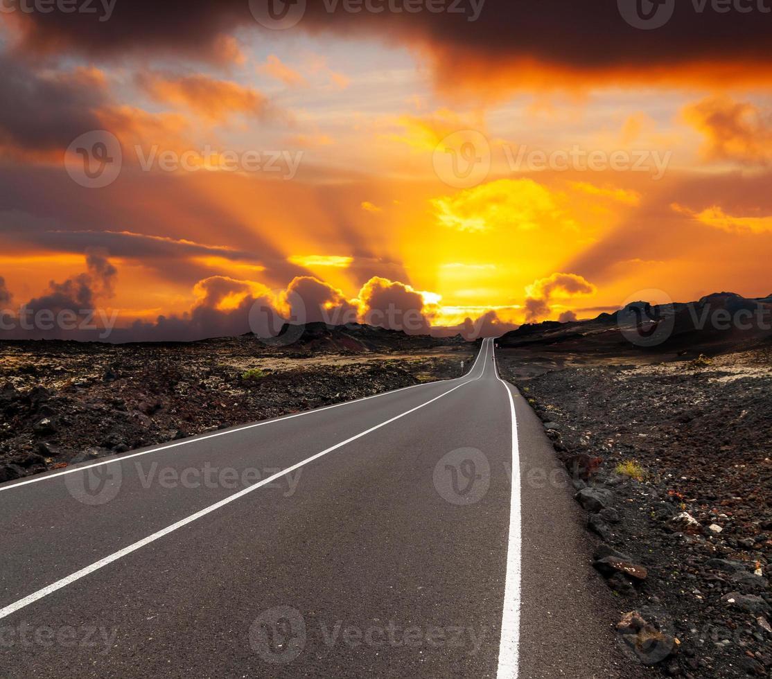 puesta de sol sobre el camino foto
