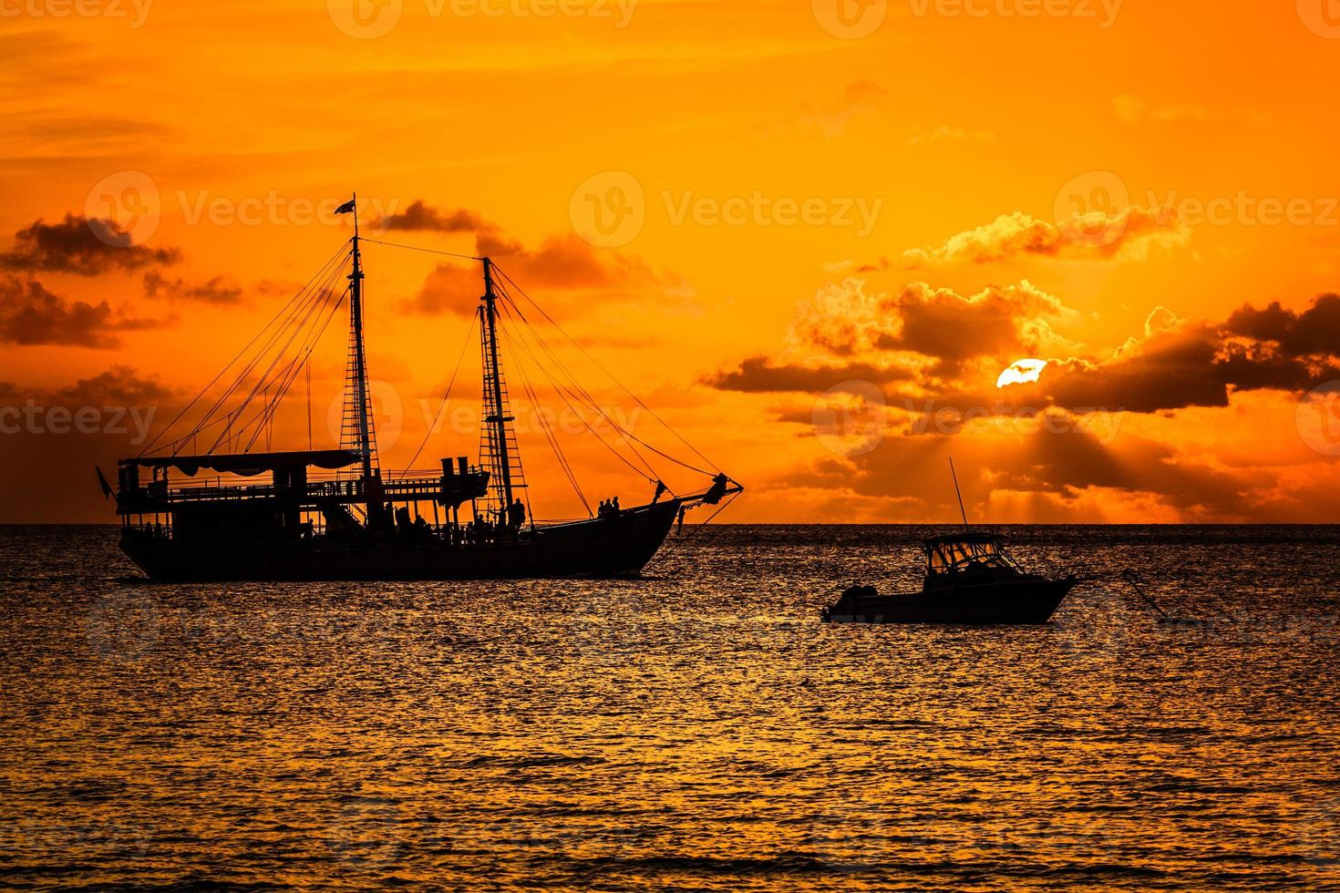 pôr do sol do navio pirata foto