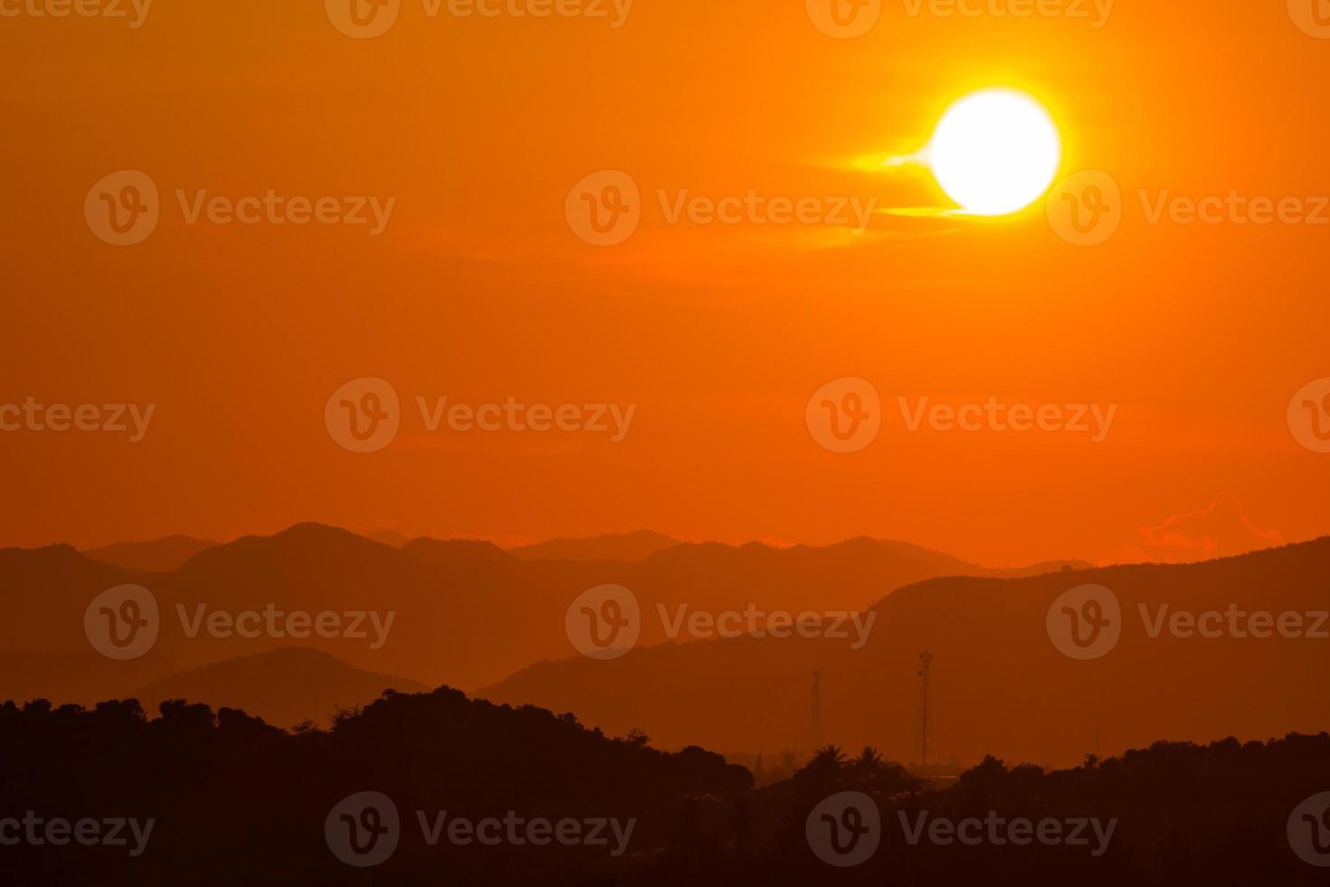 puesta de sol sobre la montaña foto
