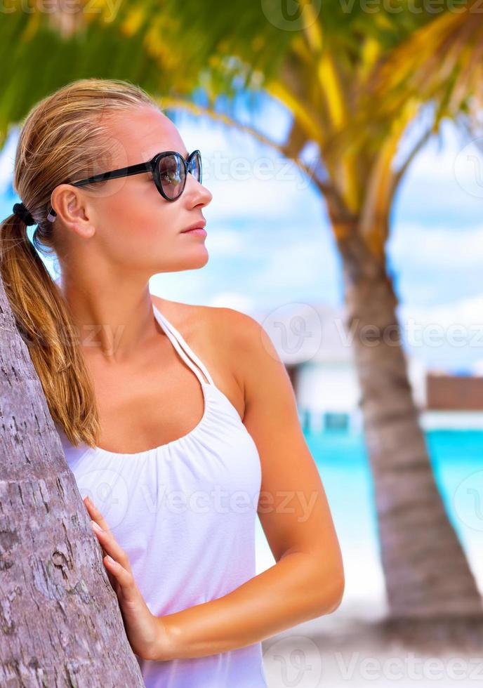 desfrutando praia tropical feminina foto
