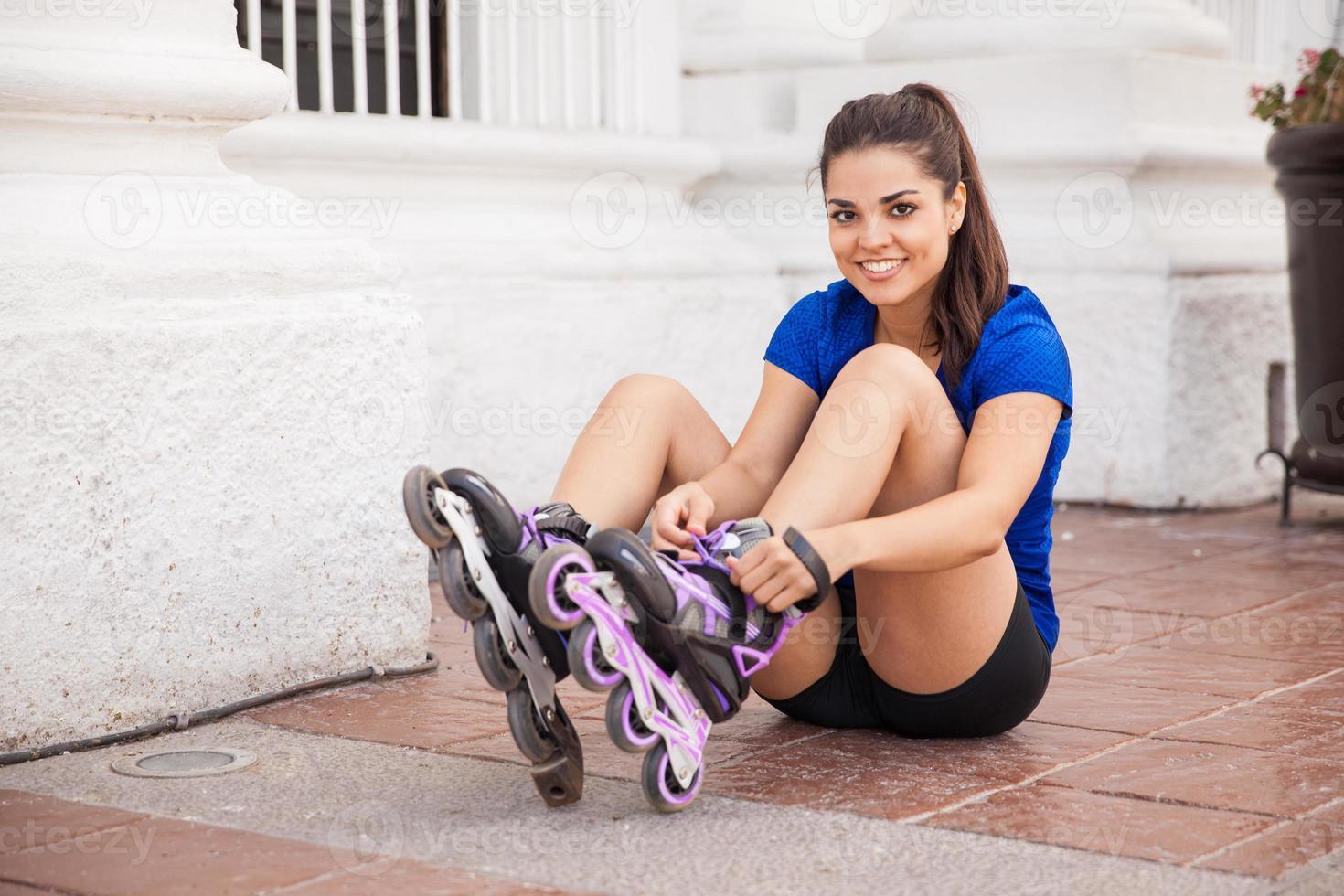 vrouwelijke skater zich klaar foto
