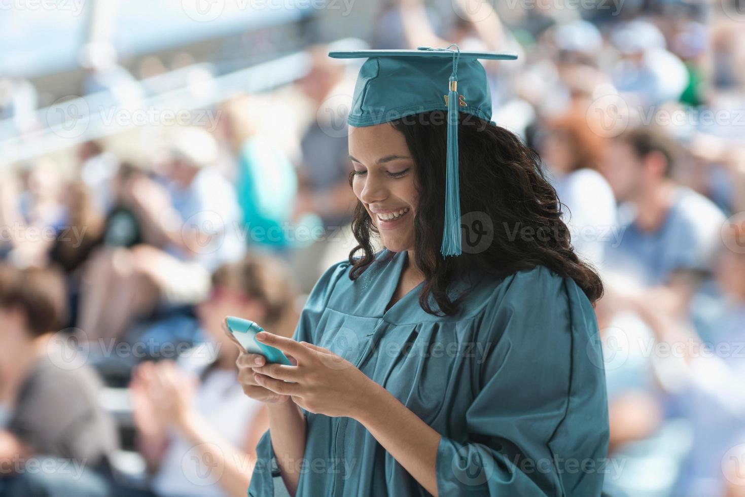 vrouwelijke afgestudeerde met smartphone foto