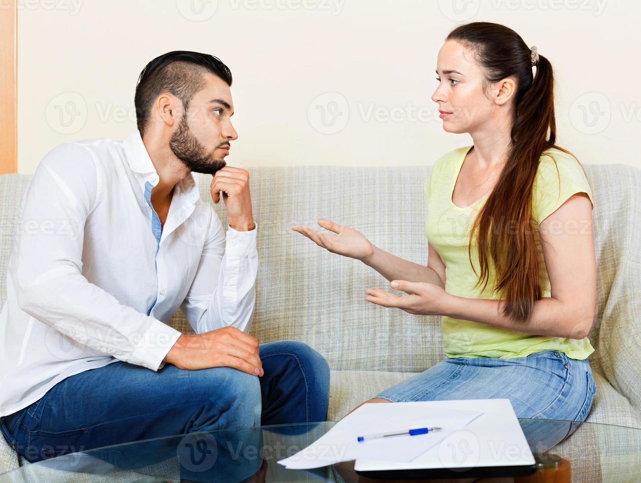 homem e mulher nervosos foto