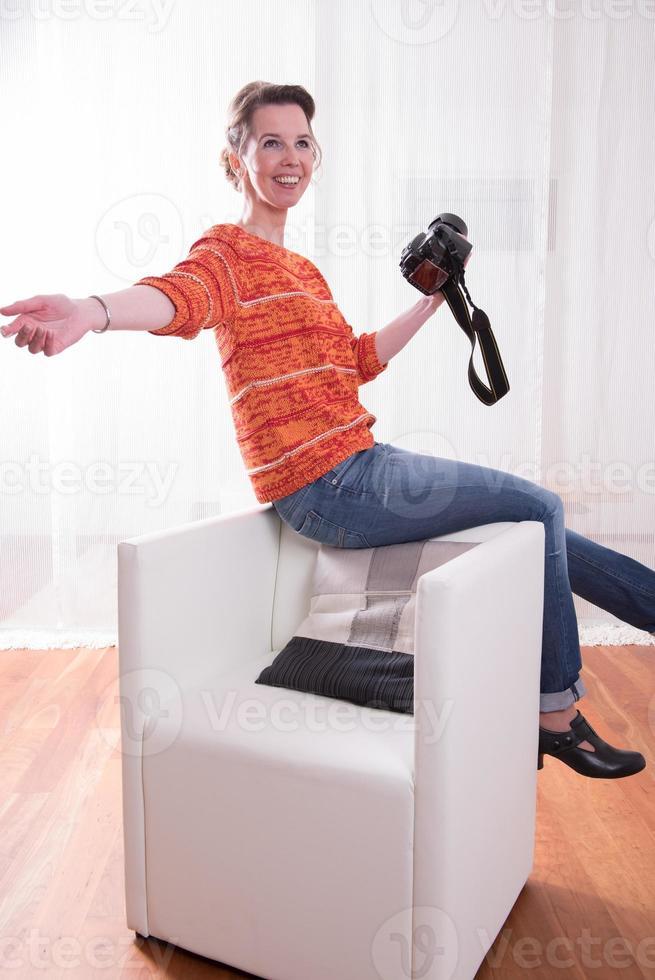 fotógrafo feminino mostra posando foto